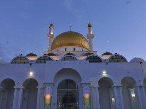 Kazakistan'daki camilerde iftar
