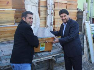 Derbent'te yetiştiricilere arılı kovan dağıtıldı