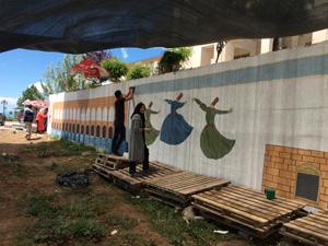Üniversite öğrencileri okulun bahçe duvarlarını süsledi