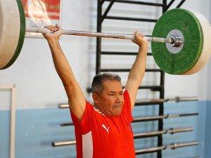 72 yaşındaki haltercinin hedefi dünya şampiyonluğu