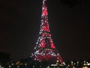 Eyfel Kulesi kırmızı-beyaza büründü!