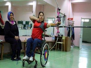 Olimpiyatlara hazırlanan kızını yalnız bırakmıyor