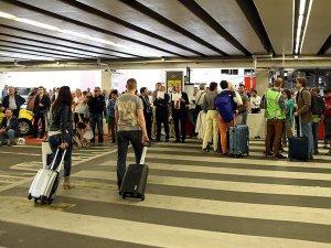 Brüksel havalimanına refakatçi girişi başladı