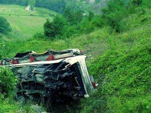 Hindistan'da yolcu otobüsü uçuruma devrildi: 30 ölü