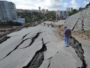 Ankara'da hatalı kazı çalışması nedeniyle yol çöktü