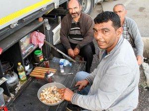 Tır şoförlerinin sınır kapısında ramazanı
