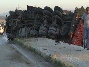 Otomobil, TIR'la çarpıştı: 6 ölü