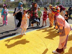 Sığınmacı çocuklara karne günü etkinliği