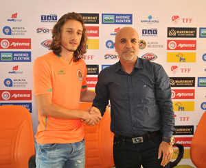 Taha Yalçıner Alanyaspor'a imza attı