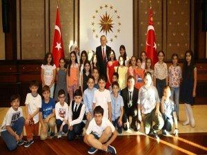 Erdoğan, '1299 Minik El Bir Bayrak' projesi heyetini kabul etti