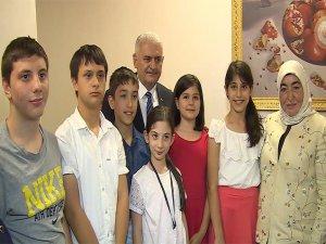 Yıldırım en büyük Türk bayrağını dokuyan çocuklarla bir araya geldi
