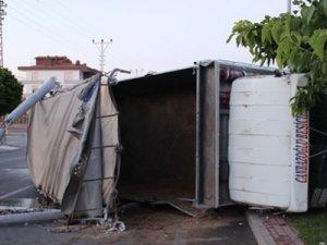 Aydınlatma direği seyir halindeki kamyonun üzerine devrildi