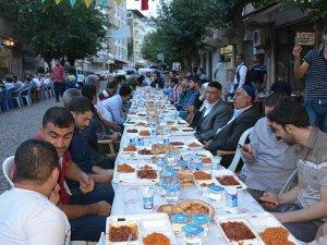 Sur'da iftar sofrasını caddeye kurdular