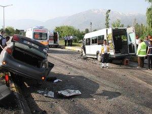 Erzincan'da minibüsle otomobil çarpıştı: 26 yaralı
