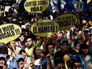 Venezuela'da muhalefet referandum için 1,8 milyon imza topladı