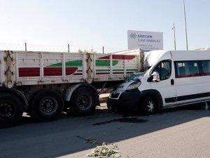 İşçi servisi park halindeki tıra çarptı: 17 yaralı
