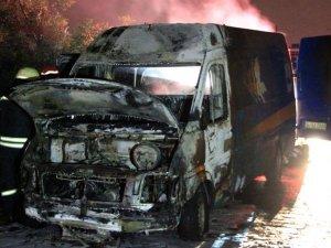 Kocaeli'de seyir halindeki kargo aracı yandı