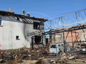 Konya'da garaj yandı, araçlar kül oldu