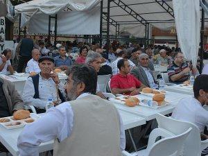 Surlular, ilahiler eşliğinde iftar açıyor