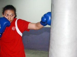 Milli boksör gözünü altın madalyaya dikti