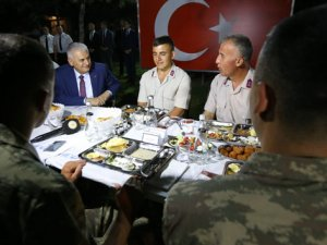 Başbakan Yıldırım askerlerle iftar yaptı