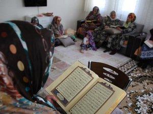 """Ahıskalı kadınların ramazanda """"mukabele"""" mutluluğu"""