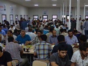İHH Azez'de 700 kişiye iftar verdi