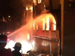 Tarihi bina alev alev yandı! Vatandaşlar film gibi izledi