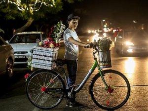 Gazze'nin bisikletli 'gül satıcıları'