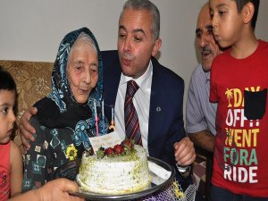 113'üncü yaşını pasta keserek kutladı