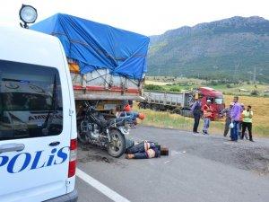 TIR'a çarpan motosiklet sürücüsü hayatını kaybetti