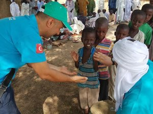 Afrikalı çocukların yüzünü güldürüyorlar