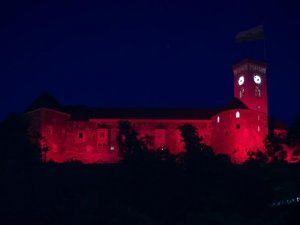 Slovenya'daki Ljubljana Kalesi kırmızı beyaza büründü