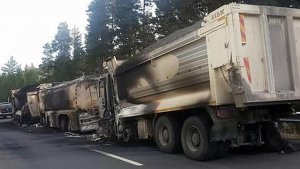 Teröristler asfalt malzemesi taşıyan kamyonları yaktı