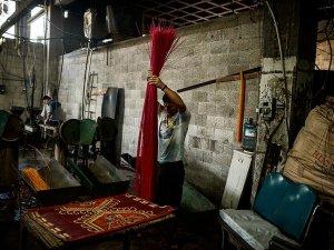 Gazze'de hammadde yokluğu nedeniyle hasırlar plastik atıktan üretiliyor