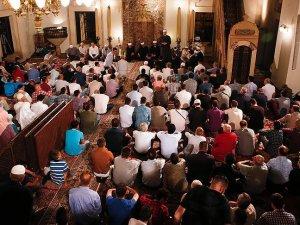 Balkanlar'da Müslümanlar Kadir Gecesi'nde camilere akın etti