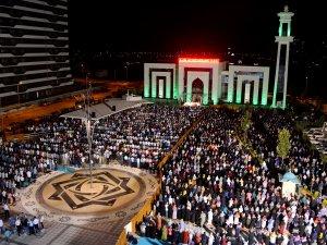 Kadir Gecesi ihya programına binlerce kişi katıldı