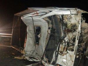 Devrilen kamyonete otobüs çarptı: 1'i ağır, 4 yaralı