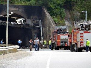 Bolu'da bariyere çarpan tır yandı: 5 ölü, 2 yaralı