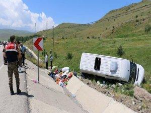 Erzurum'da minibüs şarampole devrildi: 17 yaralı