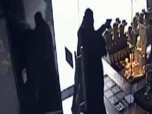 Terör olaylarını fırsat bilerek soygun yapan şahıslar güvenlik kamerasında