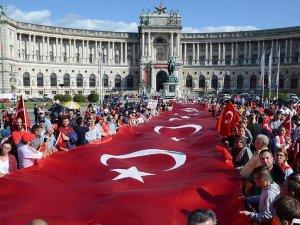 Avusturya'da 'teröre tepki' yürüyüşü