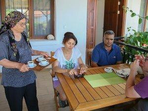 Evinde ağırladığı misafirle turizme hizmet veriyor
