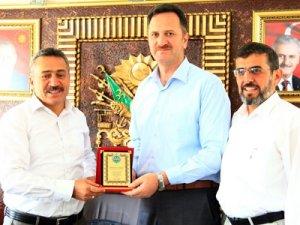 Müftü Demirel'den Başkan Tutal'a plaket