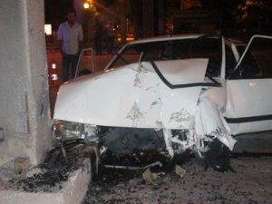 Otomobil beton direğe çarptı: 1'i ağır, 4 yaralı