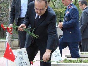 Vali Yakup Canbolat şehitliği ziyaret etti