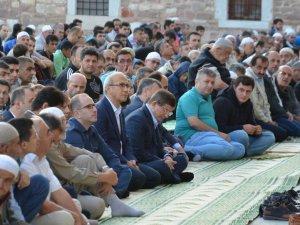 Davutoğlu ve Elvan bayram namazını Konya'da kıldı