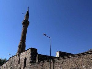 800 yıllık cami tarihe meydan okuyor