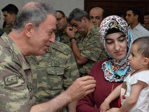 Orgeneral Akar bayramın ilk gününü Mehmetçik ile geçirdi