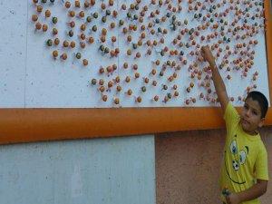 Çocuklar bayram şekerini ilan panolarından aldı
